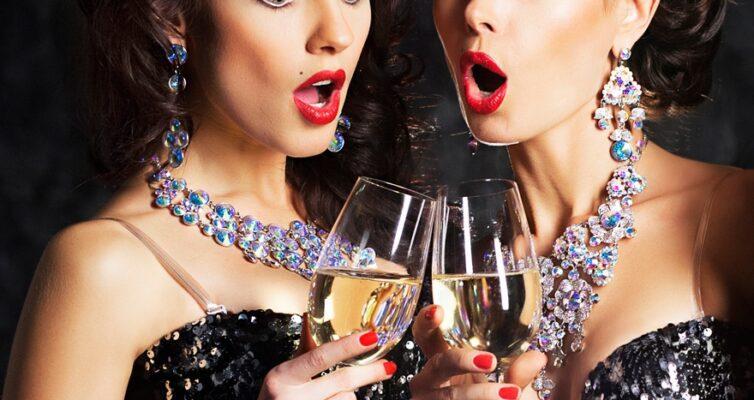 primety-o-shampanskom-17-narodnyh-primet-i-poverij-svyazannyh-s-shampanskim-foto-dve-devushki-pyut-shampanskoe