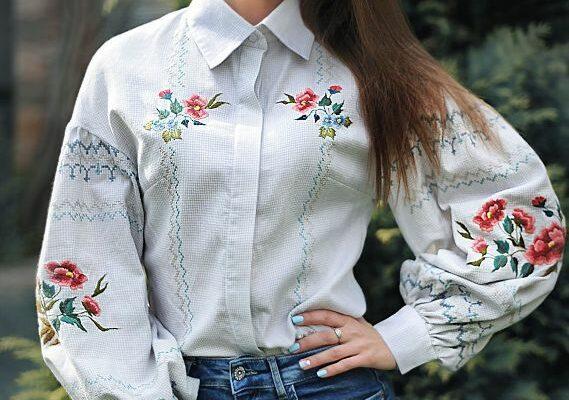 idei-krasivoj-vyshivki-na-odezhde-muzhchin-i-zhenshhin-foto-vyshivka-na-bluze-rubashke-tsvety