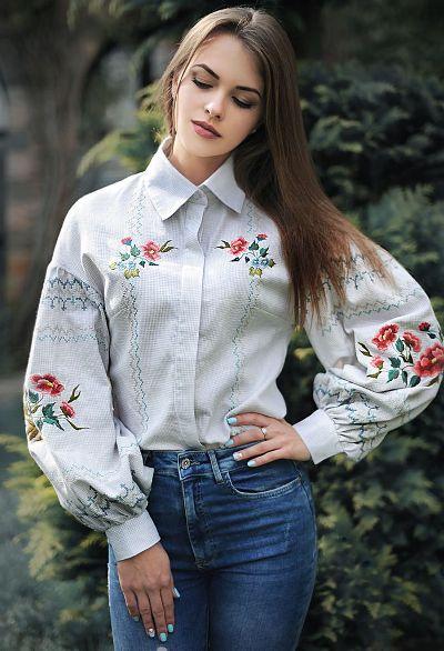idei-krasivoj-vyshivki-na-odezhde-muzhchin-i-zhenshhin-foto-vyshivka-na-bluze-tsvety