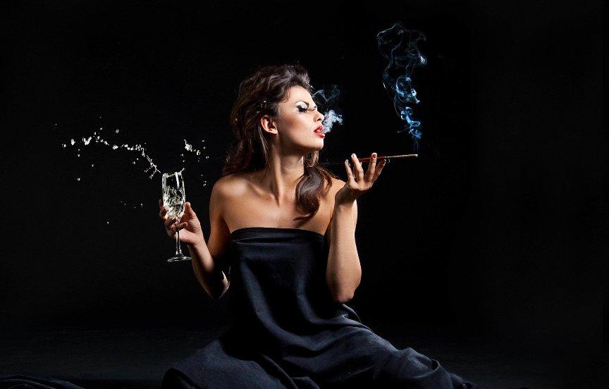 kakie-produkty-nuzhno-vklyuchat-v-menyu-kurilshhikam-chtoby-snizit-pagubnoe-vliyanie-sigaret-na-organizm-foto-devushka-kurit
