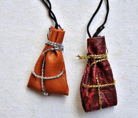 magicheskij-talisman-svoimi-rukami-materialy-i-sposoby-izgotovleniya-foto-kozhanye-meshochki-oberegi-amulety-na-sheyu