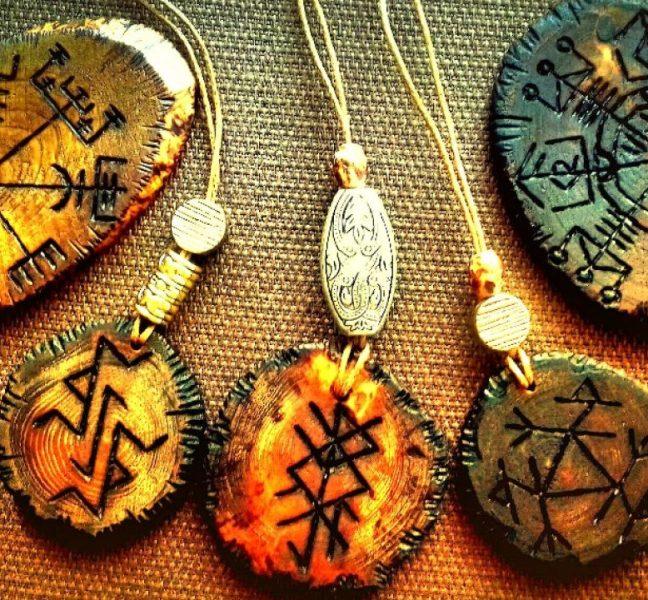 magicheskij-talisman-svoimi-rukami-materialy-i-sposoby-izgotovleniya-foto-runicheskie-talismany-i-amulety-drevnosti-iz-okamenevshego-dereva