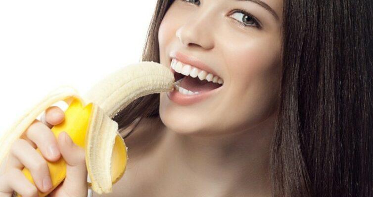 tri-luchshih-produkta-ot-izzhogi-kotorye-vsegda-pod-rukoj-pervyj-produkt-banan-foto-devushka-est-banany