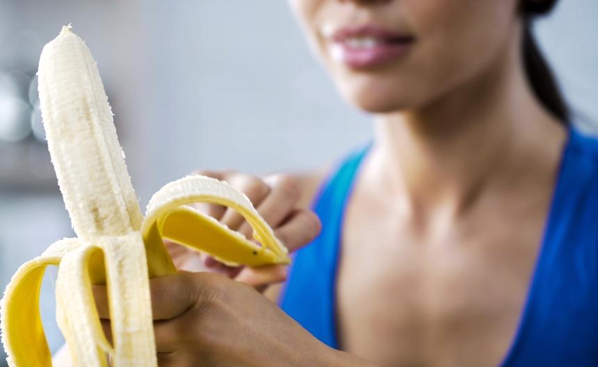 tri-luchshih-produkta-ot-izzhogi-kotorye-vsegda-pod-rukoj-pervyj-produkt-banan-foto-devushka-s-bananom