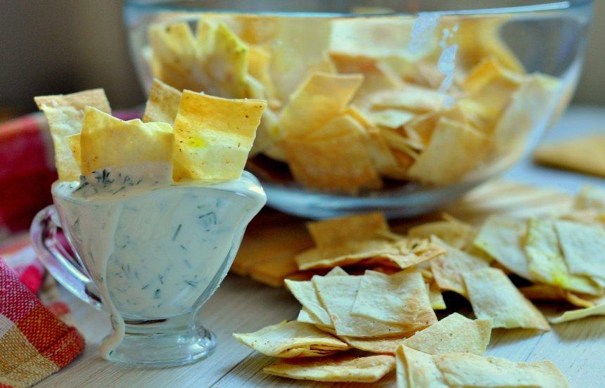 chipsy-iz-lavasha-za-5-minut-v-duhovke-3-klassnyh-idei-retsepta-foto-chipsy-iz-lavasha-s-chesnokom-i-smetanoj