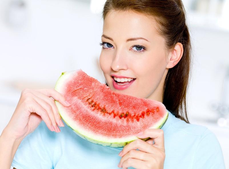 dynnaya-dieta-vkusnaya-i-poleznaya-programma-pohudeniya-foto-devushka-est-arbuz-produkty-v-diete-pomimo-dyni