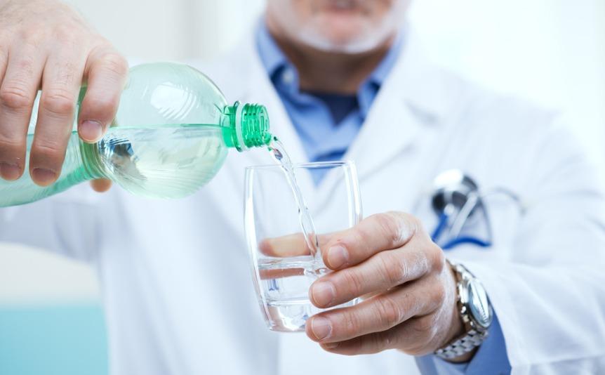 kardiologi-rasskazali-kogda-poleznee-vsego-pit-vodu-chtoby-izbezhat-serdechnogo-pristupa-foto-mediki-o-vode