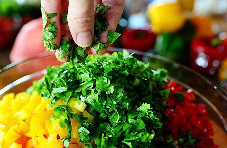 petrushka-poleznye-svojstva-zeleni-primenenie-i-protivopokazaniya-foto-vitaminnaya-aromatnaya-zelen-v-salate