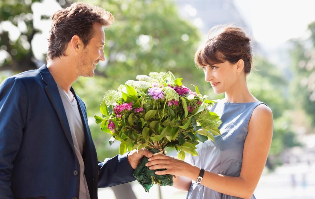 Муж дарит жене цветы картинки