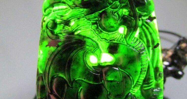 prednaznachenie-talismanov-iz-nefrita-kak-aktivirovat-magicheskie-svojstva-kamnya-foto-kamen-nefrit-amulet-drakon