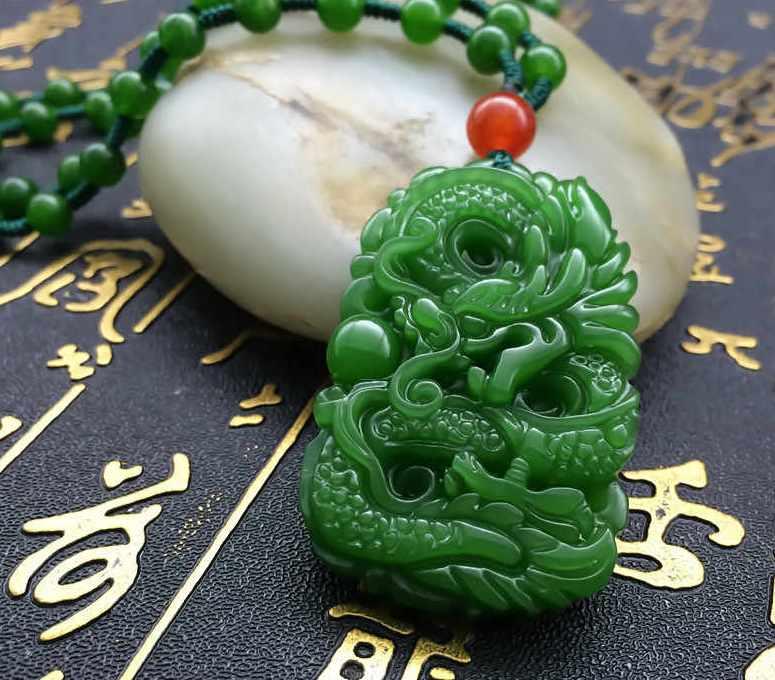 prednaznachenie-talismanov-iz-nefrita-kak-aktivirovat-magicheskie-svojstva-kamnya-foto-nefrit-podveska-amulet