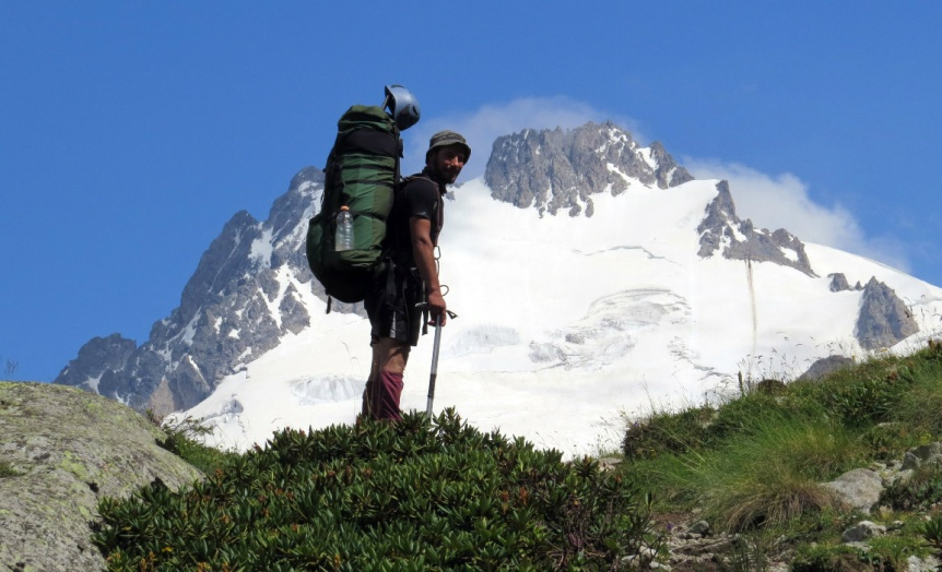prikolnyj-anekdot-pro-turista-na-Kavkaze-foto-turist-v-gorah-Kavkaza