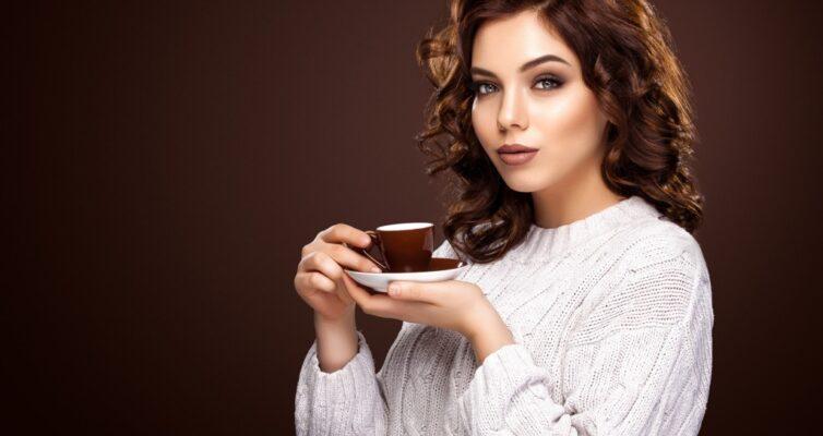 skolko-kofe-mozhno-pit-v-den-kakova-norma-i-dozirovka-foto-devushka-pet-kofe