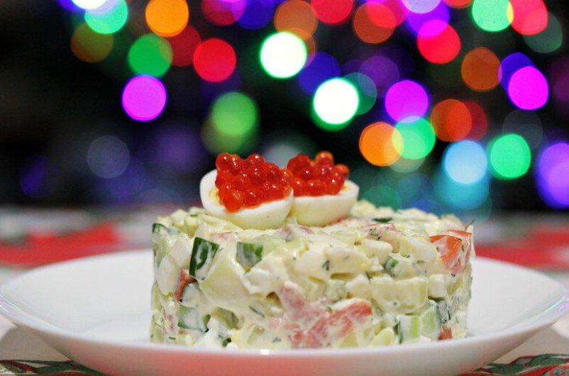 kak-prigotovit-salat-olive-s-semgoj-na-novogodnij-stol-retsept-foto-olive-s-semgoj-i-krasnoj-ikroj