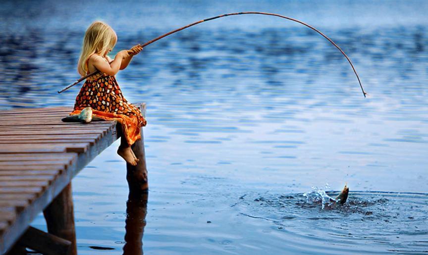 narodnye-primety-pro-rybu-cheshuyu-i-ulov-foto-devochka-lovit-rybu-na-udochku