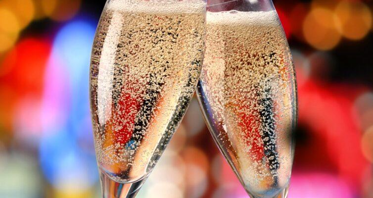 kak-pravilno-podavat-shampanskoe-foto-dva-bokala-s-shampanskim