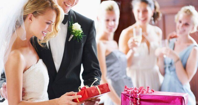 svadebnye-primety-kakie-podarki-nelzya-darit-molodozhenam-foto-zhenih-i-nevesta