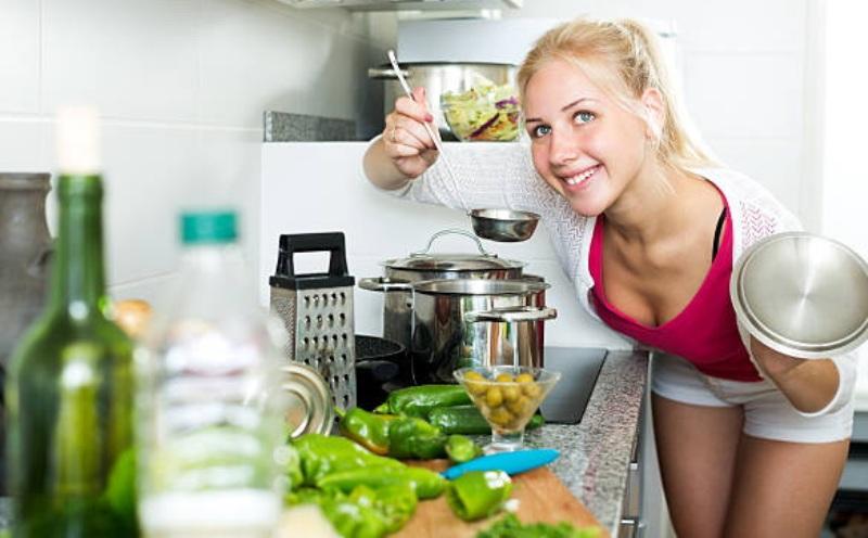 finskaya-dieta-dlya-pohudeniya-na-5-kg-za-mesyats-poleznaya-i-effektivnaya-foto-devushka-gotovit-sup-dlya-finskoj-diety
