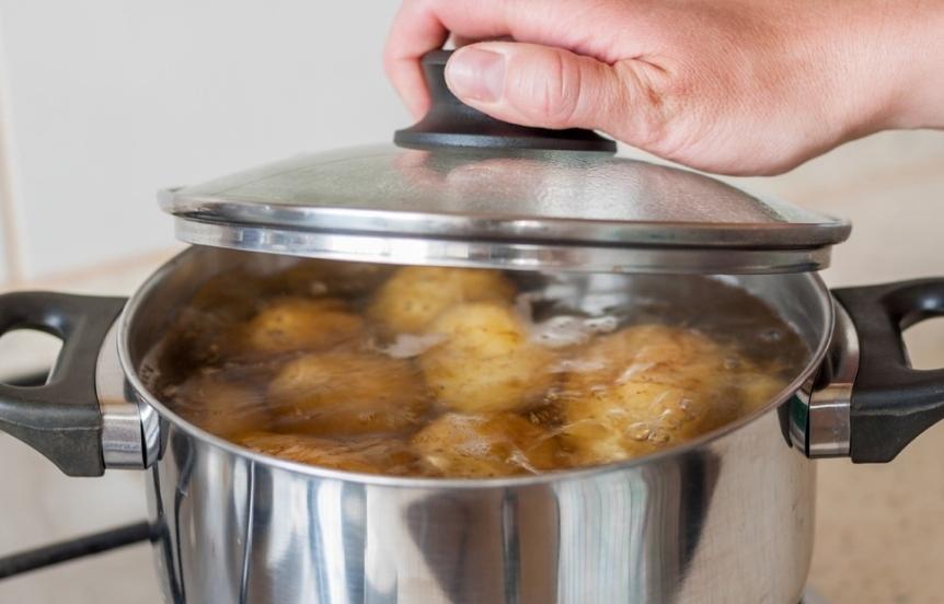 ne-vylivajte-vodu-posle-varki-kartofelya-vot-kak-eyo-mozhno-ispolzovat-poleznye-sovety-foto-kartofelnyj-otvar