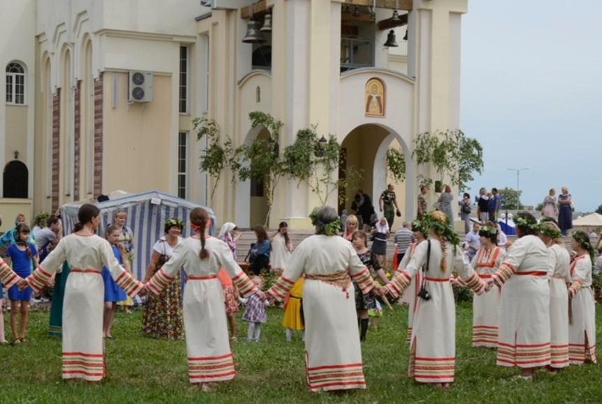 traditsii-i-narodnye-primety-troitsy-chto-mozhno-delat-i-nelzya-v-eto-den-i-na-sleduyushhij-posle-nego-foto-den-svyatoj-troitsy-pravoslavnyj-prazdnik
