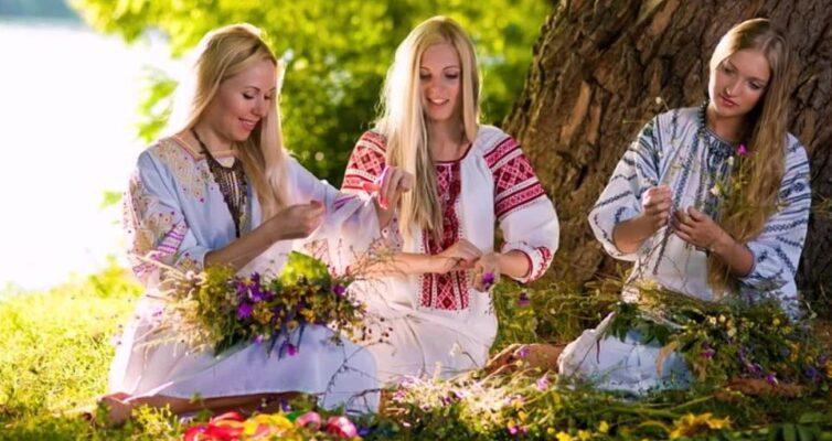 traditsii-i-narodnye-primety-troitsy-chto-mozhno-delat-i-nelzya-v-eto-den-i-na-sleduyushhij-posle-nego-foto-devushki-pletut-venki-v-troitsu