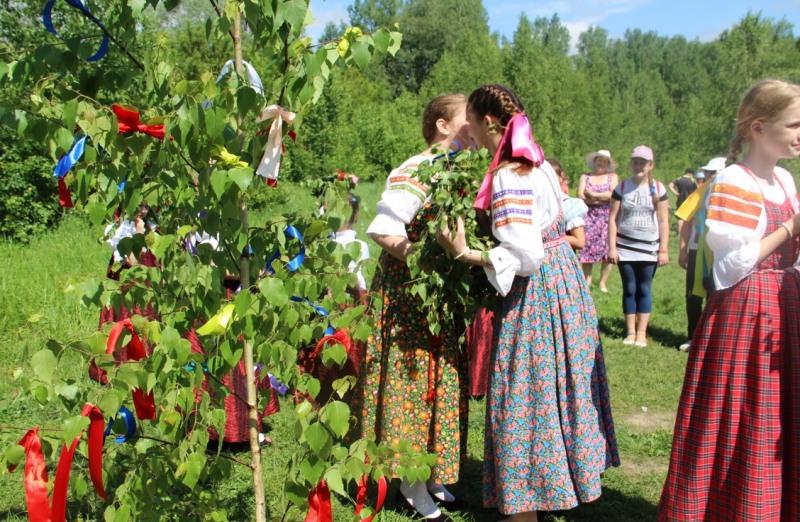 traditsii-i-narodnye-primety-troitsy-chto-mozhno-delat-i-nelzya-v-eto-den-i-na-sleduyushhij-posle-nego-foto-semik-i-troitsa