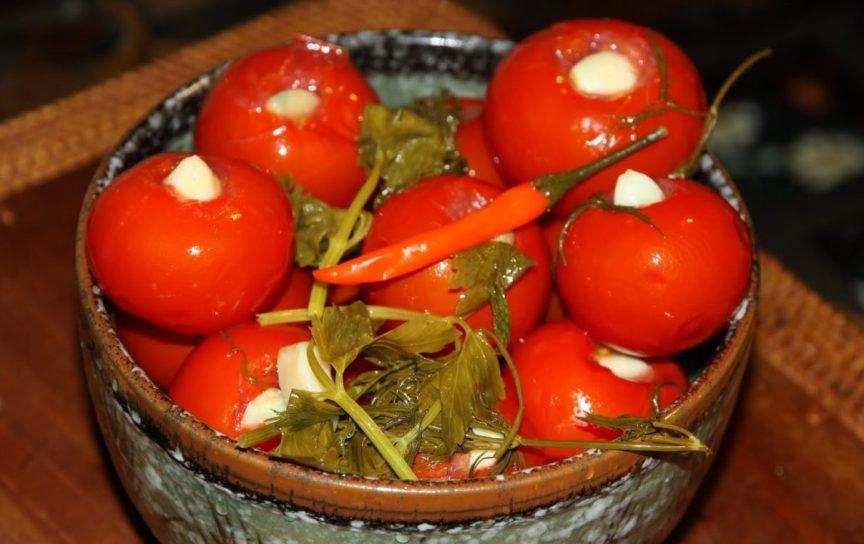 kak-prigotovit-marinovannye-pomidory-nashpigovannye-chesnokom-populyarnyj-retsept-na-zimu-foto