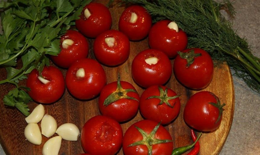 kak-prigotovit-marinovannye-pomidory-nashpigovannye-chesnokom-populyarnyj-retsept-na-zimu