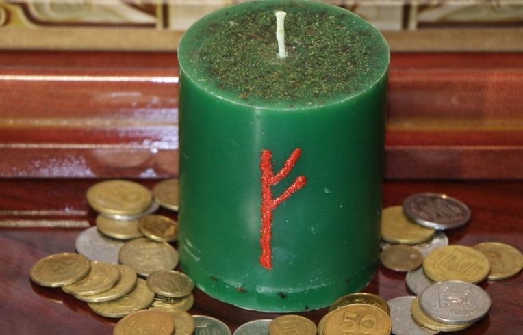 kak-s-pomoshhyu-svechi-mozhno-osushhestvit-zhelanie-ili-mechtu-kakie-tsveta-svechej-ispolzovat-foto-zelenaya-svecha-s-runoj-dlya-denezhnogo-rituala