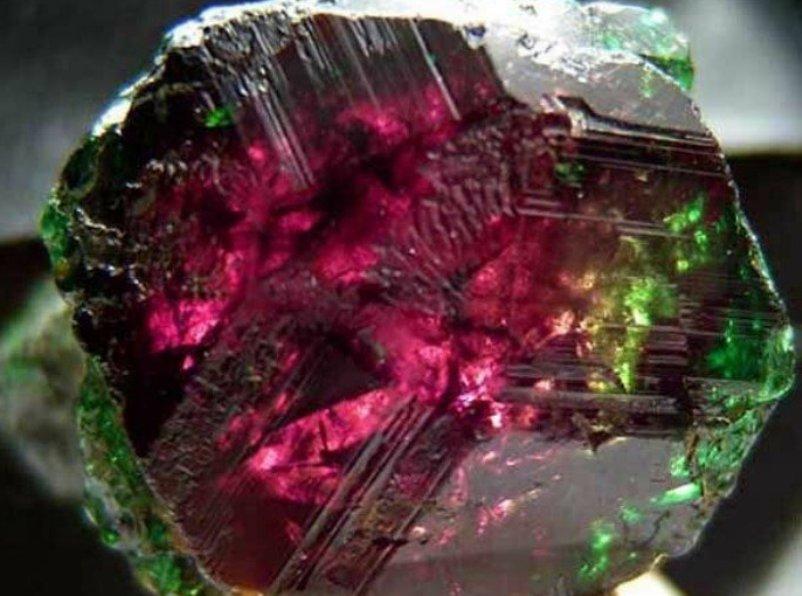kakoj-kamen-samyj-tsennyj-iz-dragotsennyh-kamnej-v-mire-kamen-hameleon-aleksandrit-foto-samorodok-aleksandrit...