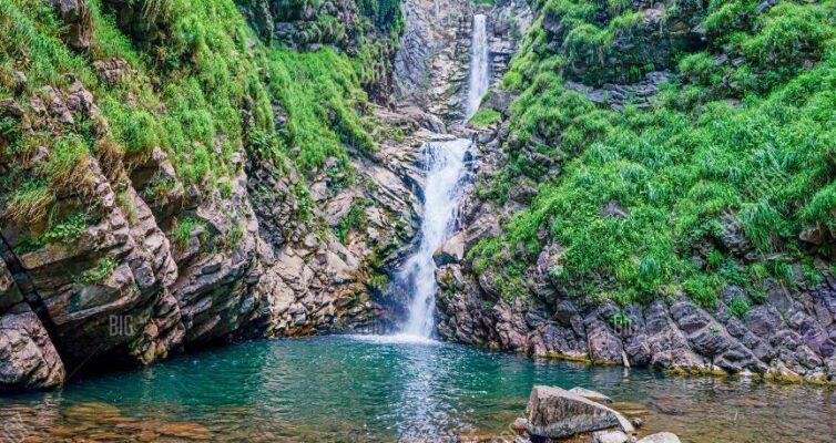 6-samyh-krasivyh-vodopadov-Rossii-kotorye-stoit-posetit-adresa-kak-dobratsya-foto-vodopad-bezymyannyj-v-sochi.