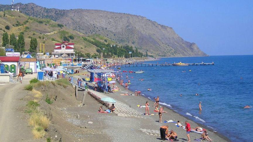 barhatnyj-sezon-v-krymu-sudak-poselok-morskoe-tsentralnyj-plyazh-morskogo-foto