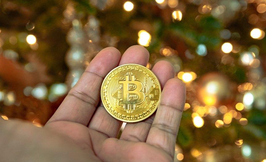 ideya-luchshego-podarka-na-novyj-god-novogodnij-podarok-bitkoin