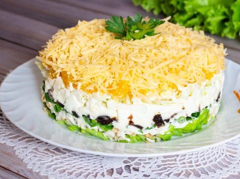 prazdnichnyj-salat-s-kuritsej-i-syrom-retsept-na-rozhdestvo