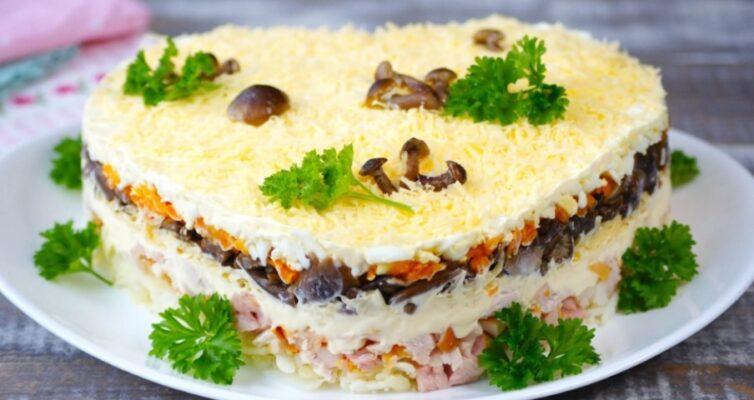 prazdnichnyj-salat-s-kuritsej-syrom-i-gribami-retsept-na-rozhdestvo-novyj-god-ili-drugoj-prazdnik...