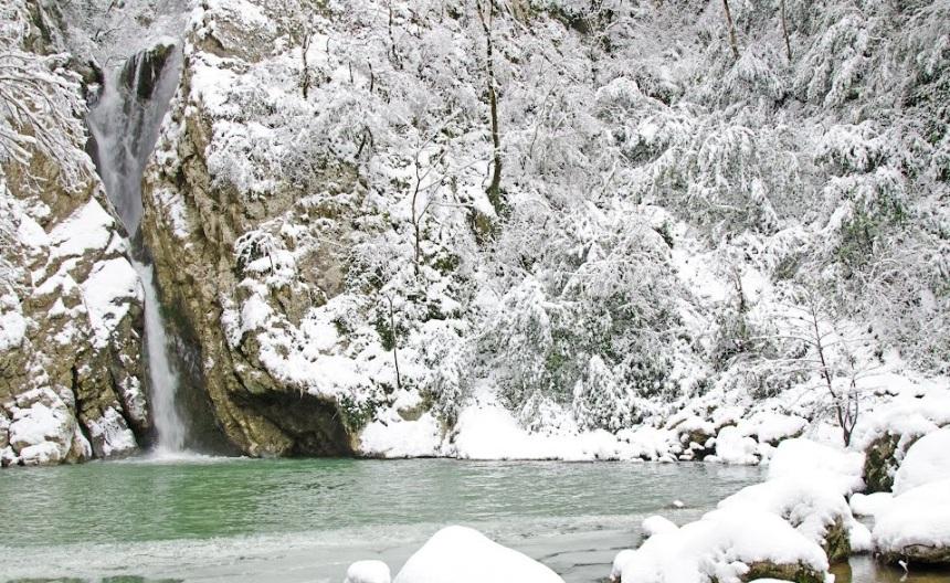 zimnij-otdyh-v-sochi-kak-dobratsya-i-gde-ostanovitsya-adresa-i-tseny-foto-agurskij-vodopad-zimoj...