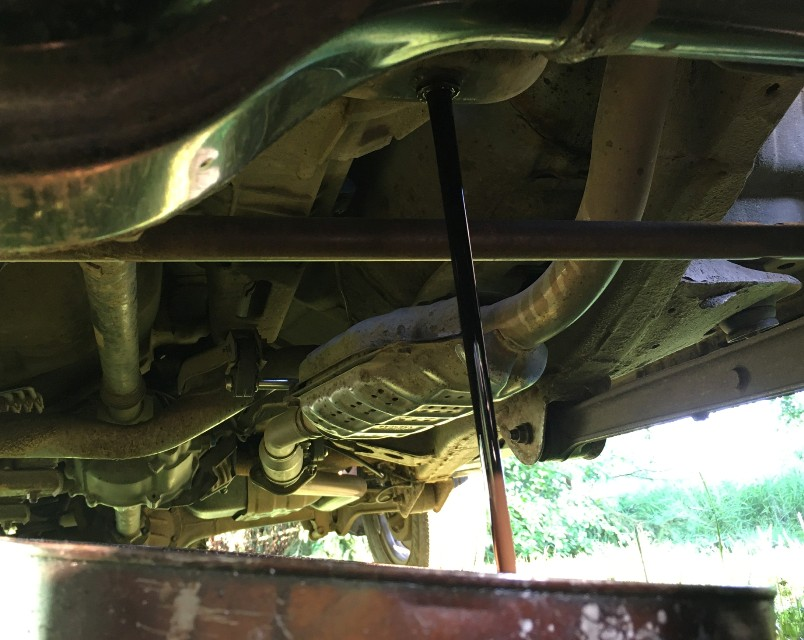 kak-pravilno-zamenit-maslo-v-dvigatele-avtomobilya-Suzuki-Jimny-foto-16