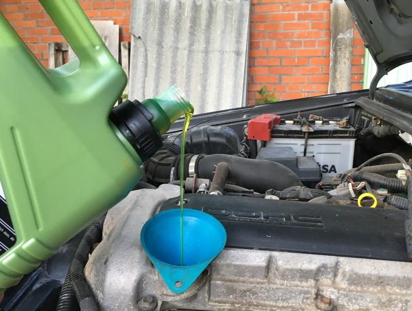 kak-pravilno-zamenit-maslo-v-dvigatele-avtomobilya-Suzuki-Jimny-foto-20