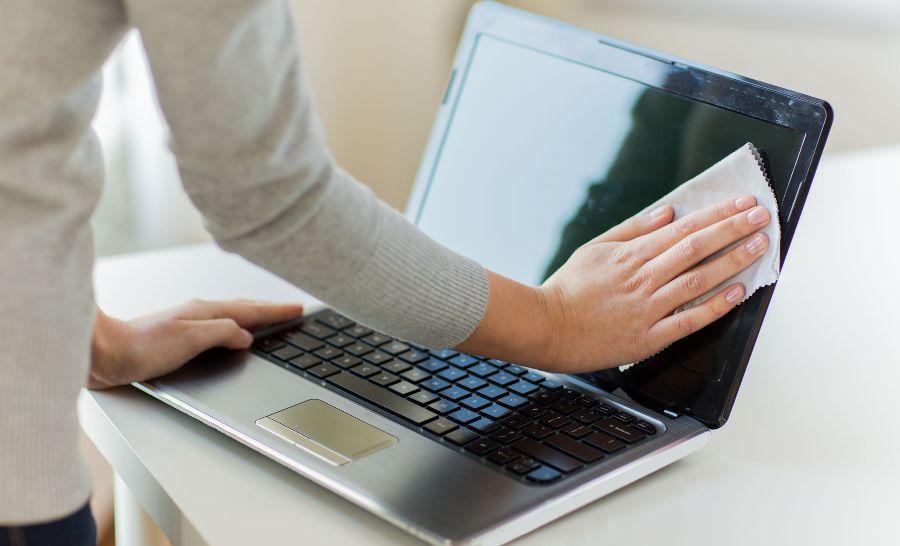 kak-pravilno-chistit-monitor-kompyutera-ot-pyli-i-gryazi