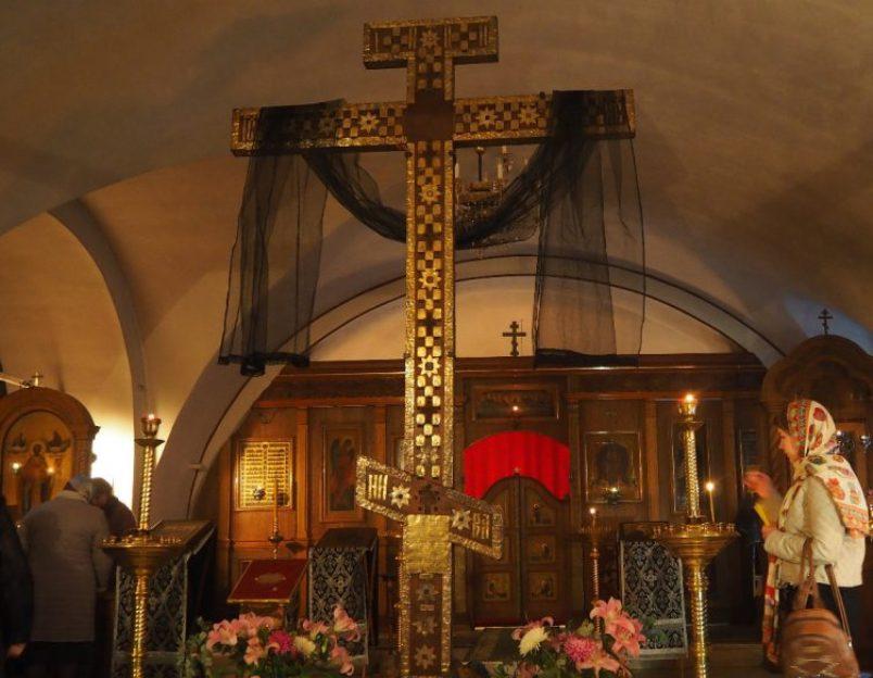 pravoslavnye-relikvii-rossii-8-samyh-znamenityh-i-pochitaemyh-na-foto-kiyskiy-krest-v-hrame-sergiya-radonezhskogo-v-moskve