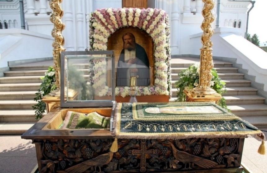 pravoslavnye-relikvii-rossii-8-samyh-znamenityh-i-pochitaemyh-na-foto-moschi-serafima-sorovskogo