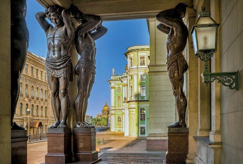 puteshestvie-po-misticheskomu-peterburgu-legendy-tayny-privideniya-foto-atlanty-na-dvortsovoy-naberezhnoy