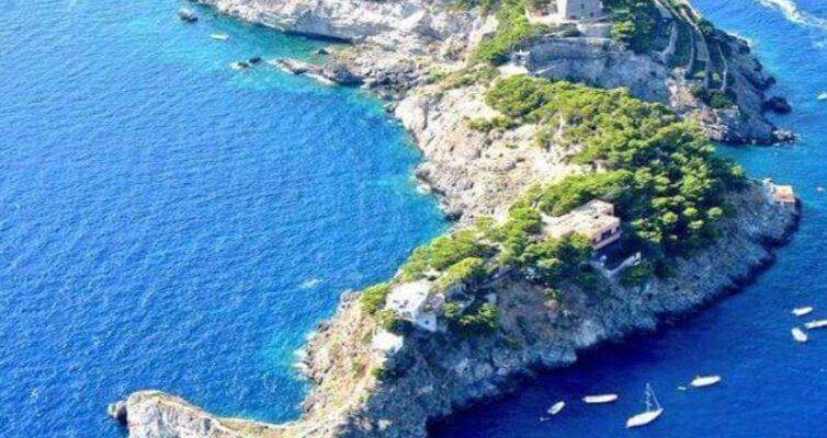 kak-vyglyadit-ostrov-i-poluostrov-v-chyom-ih-raznitsa-i-otlichie-foto-ostrov-sirenuze-v-obraze-delfina-poberezhe-amalfi-italiya