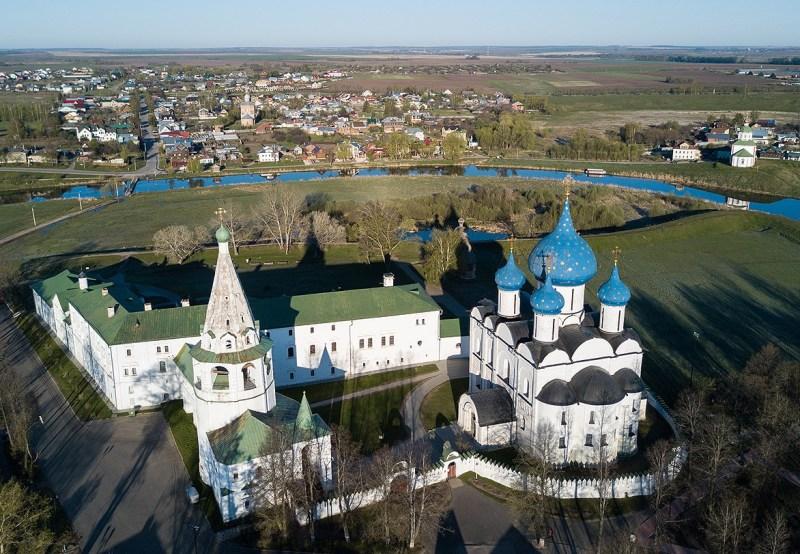 turizm-v-rossii-krasoty-vladimira-i-drugih-gorodov-zolotogo-koltsa-vladimirskoy-oblasti-gorod-suzdal-kreml-vid-sverhu-reka-kamenka