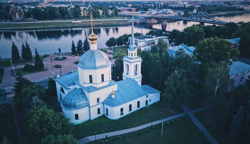 gorod-tver-i-tverskaya-oblast-dostoprimechatelnosti-foto-voskresenskaya-tserkov-na-naberezhnoy-afanasiya-nikitina