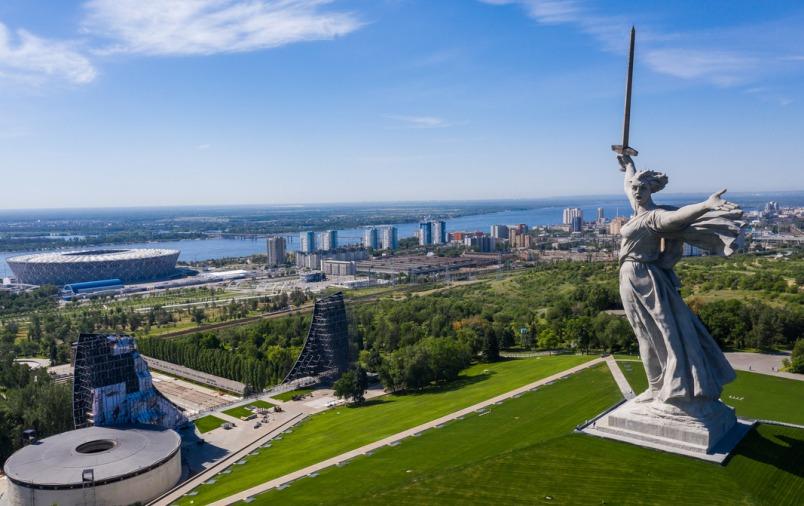 gorod-volgograd-i-oblast-dostoprimechatelnosti-foto-rodina-mat-manument-i-mamaev-kurgan