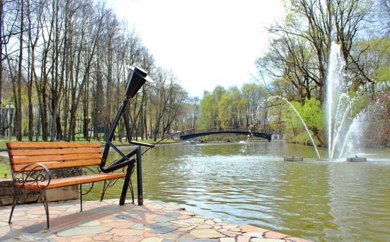 smolensk-i-oblast-dostoprimechatelnosti-foto-lopatinskij-sad-skulptura-rybak-s-drugoj-storony