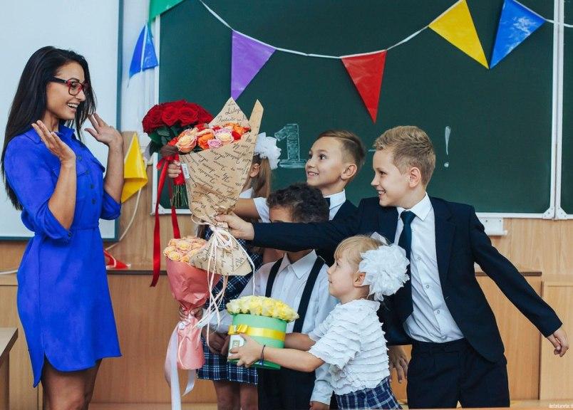 chto-podarit-uchitelnitse-na-1-sentyabrya-idei-podarkov-foto