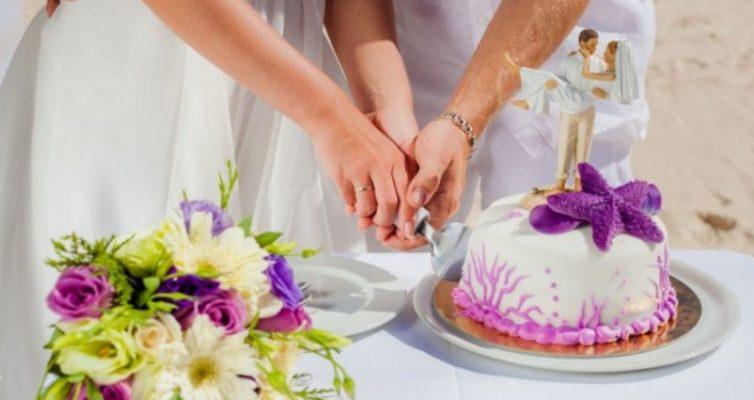 25-svadebnyh-primet-i-poveriy-dlya-zheniha-i-nevesty-ostalnyh-uchastnikov-svadby-foto-zhenih-i-nevesta-razrezayut-tort